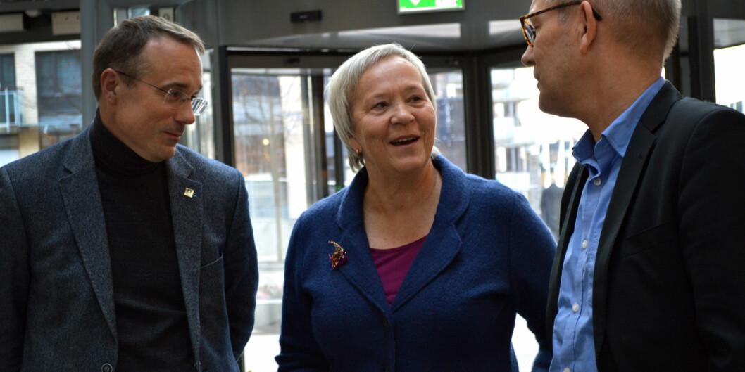 Rektor i Volda, Johann Roppen (t.v), rektor i Lillehammer, Kathrine Skretting og rektor i Molde Hallgeir Gammelsæter i samtale på konferanse i Universitets- oghøgskolerådet.