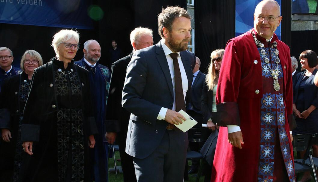 I fjor deltok kunnskapsminister Torbjørn Røe Isaksen på velkomstseremoniene ved fem universiteter og høgskoler, her sammen med rektor på NTNU, Gunnar Bovim. I år er ingen fra politisk ledelse med på studiestart. Foto: NTNU