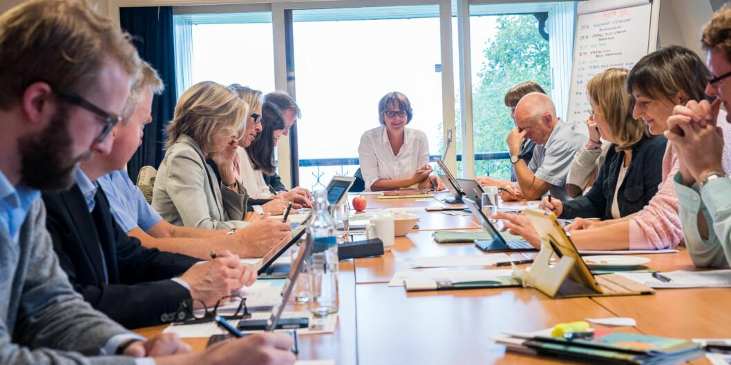 Styret på Høgskolen i Oslo og Akershus, under ledelse av styreleder Trine Syvertsen (ved enden av bordet), skal 15. desember bestemme om høgskolen skal få gå i minus fram til2018. Foto: Skjalg Bøhmer Vold