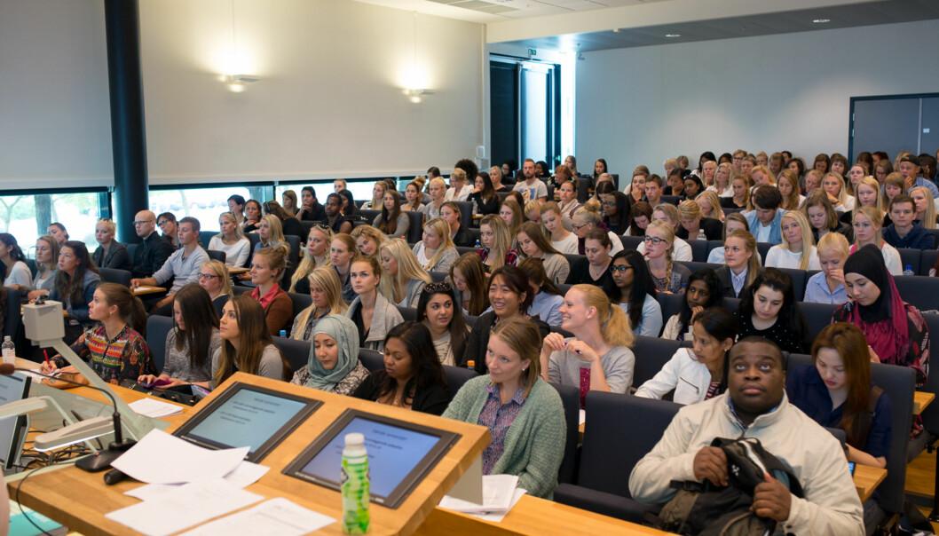 Overgangen til studenttilværelsen kan være tøff for mange, her fra en velkomstforelesning for sykepleiestudenter på Høgskolen i Oslo og Akershus, campus Kjeller, under en tidligerestudiestart. Foto: Skjalg Bøhmer Vold