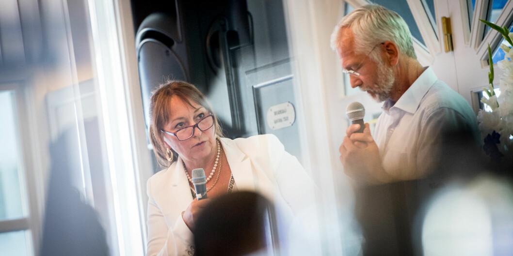 """Det er tverrpolitisk enighet i Telemark fylke om at styreleder i <span class=""""caps"""">KS</span>, Gunn Marit Helgesen, ville bli den beste styrelederen ved Høgskolen i Sørøst-Norge etter fusjonen 1. januar. Her er hun sammen med lederen for HiOAs forskningsinstitutter, Kåre Hagen, underArendalsuka. Foto: Skjalg Bøhmer Vold"""