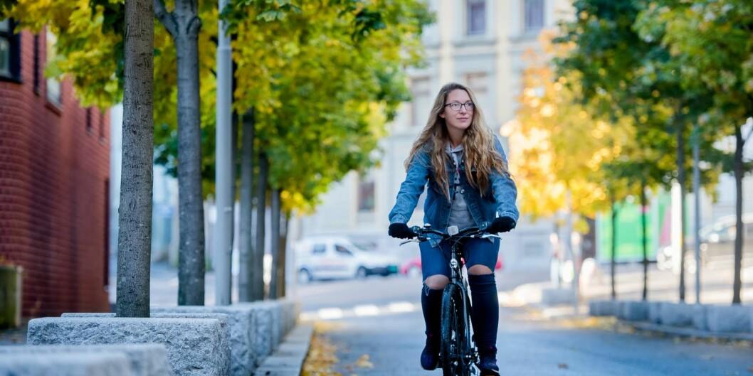 Line Røst må ty til sykkelen for å kome seg til skulen. For studentar som har fylt 30 år blir Ruter-månadskortet i Oslo plutseleg mykje dyrare. Då får dei ikkje lengrestudentrabatt.