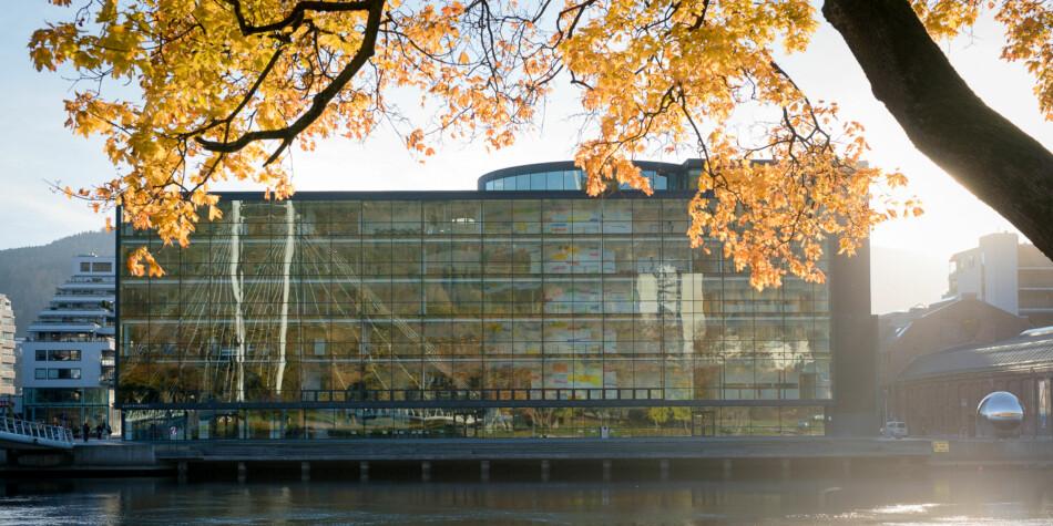 Universitetet i Sørøst-Norge, her fra campus Drammen, får kritikk for å ha brukt fregattulykken til å drive reklame for egne studier. Foto: Skjalg Bøhmer Vold