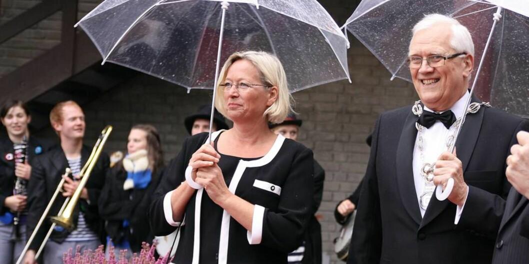 """Fusjonsskeptiker: Tidligere styreleder ved <span class=""""caps"""">NTNU</span>, Marit Arnstad, hevder fusjonene er svakt politisk fundert. Her står hun sammen med tidligere <span class=""""caps"""">NTNU</span>-rektor Torbjørn Digernes. Foto: Tor H.Monsen"""
