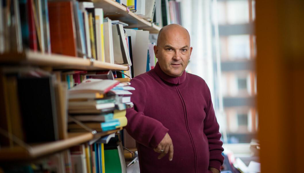 Forskere må lære seg at det er en vesensforskjell mellom allmennlitteratur og spesialistlitteratur, mener Kjell Lars Berge ved Universitetet i Oslo og leder av Norlas faglige råd for faglitteratur. Foto: Skjalg Bøhmer Vold