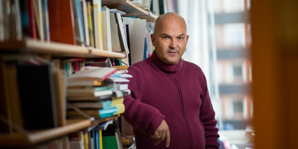 Professor i tekstvitskap, Kjell Lars Berge, er sterkt kritisk til det nye honoursprogrammet ved Universitetet i Oslo. — Ei overflatisk løysing på eit komplekst problem, meiner han. Foto: Skjalg Bøhmer Vold
