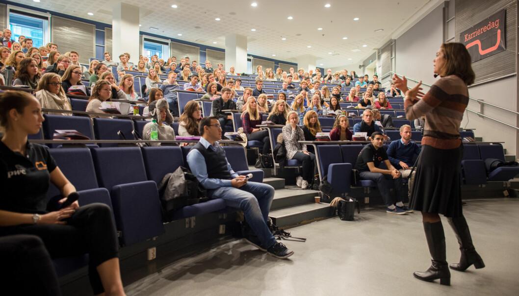 """Her er <span class=""""caps"""">NHO</span>-direktør Kristin Skogen Lund på besøk under næringslivsdagene på Høgskolen i Oslo ogAkershus. Foto: Skjalg Bøhmer Vold"""