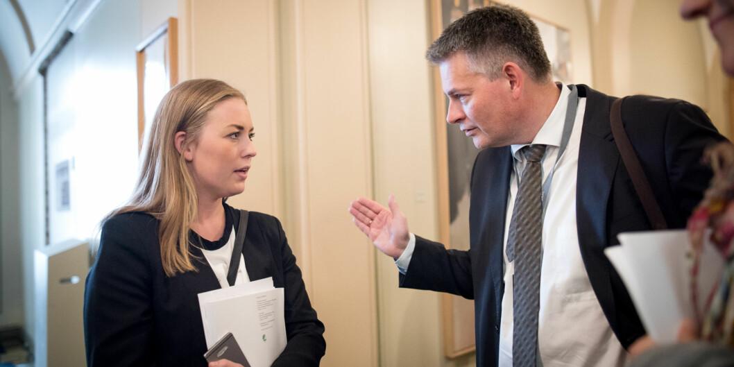 """<span class=""""caps"""">NSO</span>-leder Therese Eia Lerøen, her sammen med statssekretær Bjørn Haugstad i Stortingets vandrehall, mener at 2200 nye studentboliger i statsbudsjettet er et steg i riktig retning, selv om <span class=""""caps"""">NSO</span>s krav er3000. Foto: Skjalg Bøhmer Vold"""