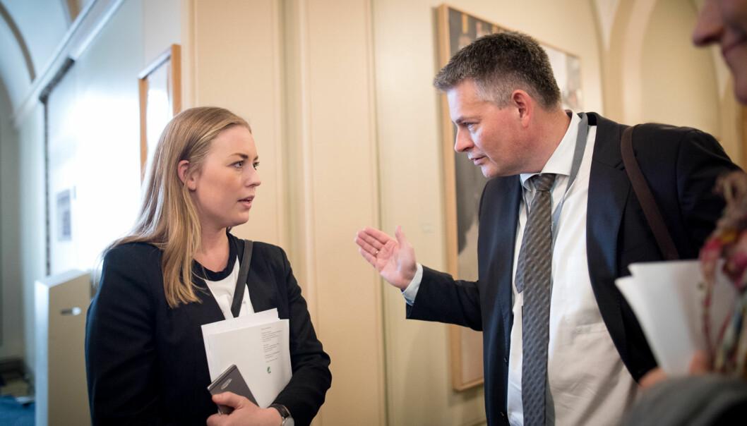NSO-leder Therese Eia Lerøen, her sammen med statssekretær Bjørn Haugstad i Stortingets vandrehall, mener at 2200 nye studentboliger i statsbudsjettet er et steg i riktig retning, selv om NSOs krav er3000. Foto: Skjalg Bøhmer Vold