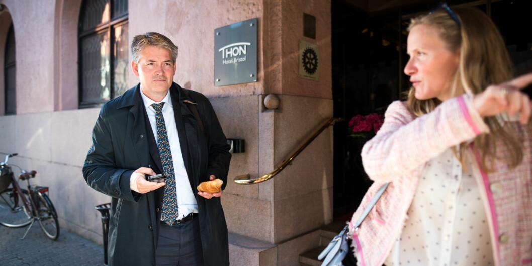 """Statssekretær Bjørn Haugstad (H) lover at ordningen med Sentre for fremragende utdanningskvalitet gjøres permanent. Rektor på <span class=""""caps"""">NMBU</span>, Mari Sundli Tveit er veldig fornøyd meddette. Foto: Skjalg Bøhmer Vold"""