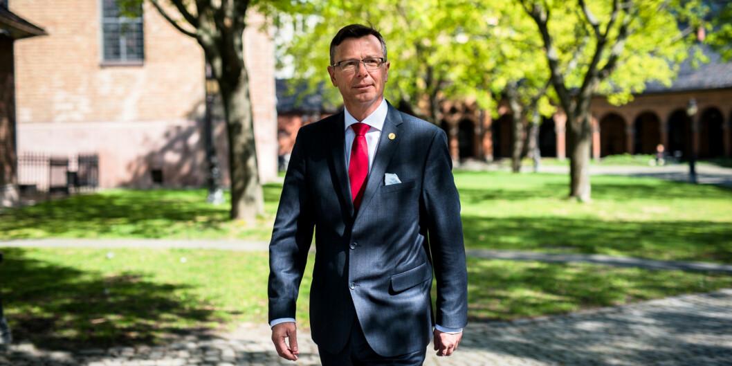 Rektor Dag Rune Olsen ved Universitetet i Bergen mener det er bra at universiteter og høgskolers andel av forskningen i Norge går ned - for det betyr at andre, spesielt næringslivet, forskermer. Foto: Skjalg Bøhmer Vold
