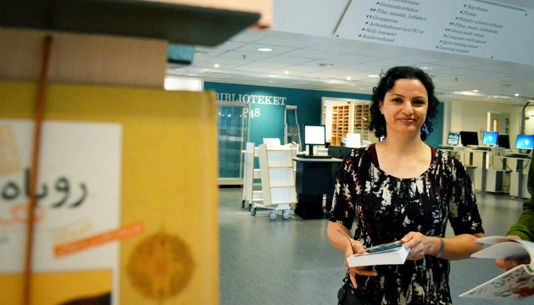 """Effat Zahedifar har vært en pådriver for at biblioteket i P48 nå låner ut bøker fra Det flerspråklige bibliotek (<span class=""""caps"""">DFB</span>). Foto: AnneLindholm"""