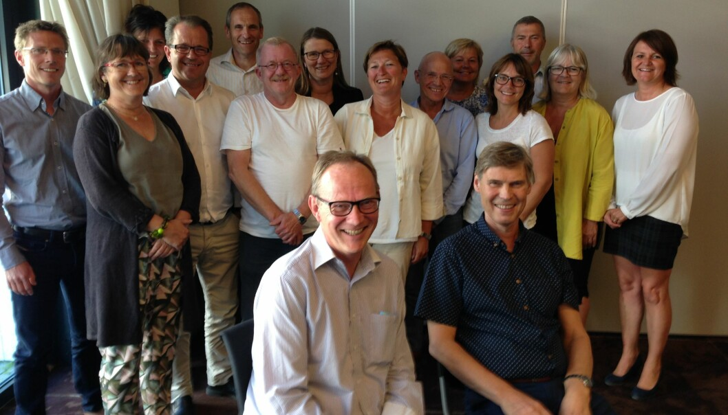 Forhandlingslaget er fornøyd med første rund. På stoler foran: Rektor Pål A Pedersen, UiN til venstre, rektor Steinar Nebb, HiNT til høyre. Foto:UiN