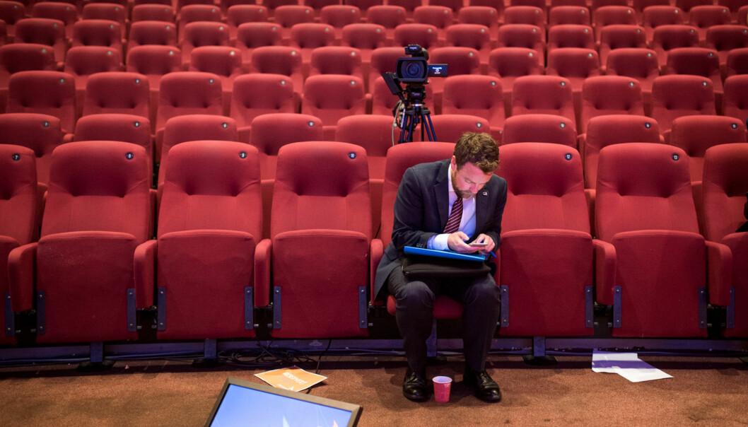 Kunnskapsminister Torbjørn Røe Isaksen hadde en hektisk dag i Arendal mandag. Her i en kinosal i Arendal mellomslagene. Foto: Skjalg Bøhmer Vold