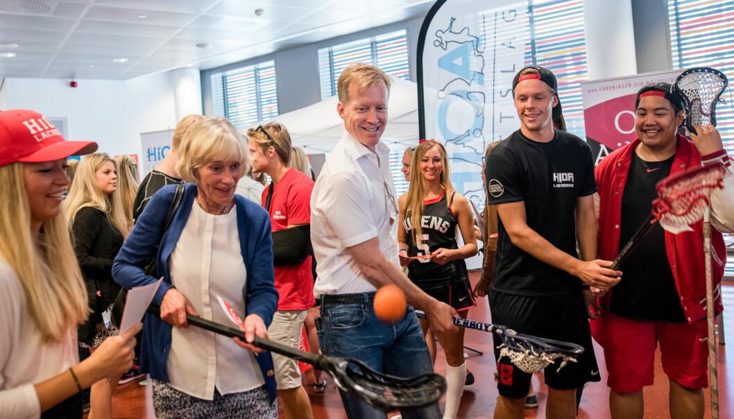 Adm.dir. Lisbeth Dyrberg (t.v.) tester ut lacrosse sammen med rektor Curt Rice under en tidligere foreningsdag på OsloMet. Foto: Skjalg Bøhmer Vold