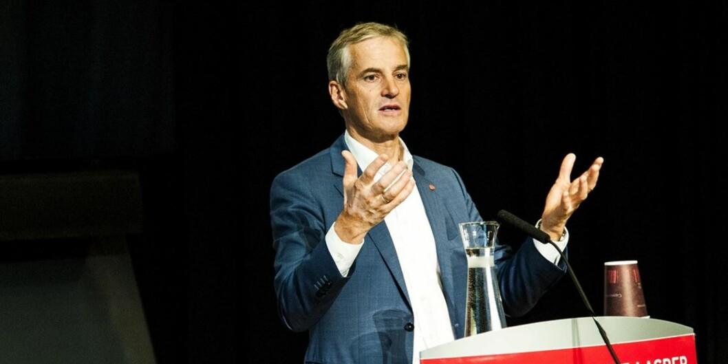Tarjei Helland utfordrer Arbeiderpartiets landsmøte og Jonas Gahr Støre på skolepolitikken.