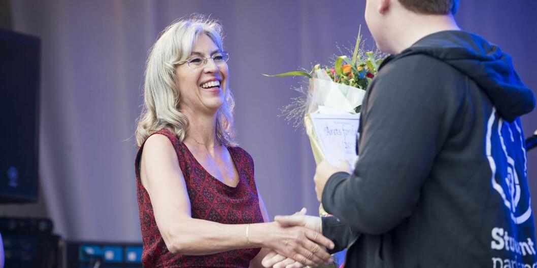Førstelektor Mona Elisabeth Meyer sier hun elsker å forelese. Her får hun diplom som Årets foreleser fra leder i Studentparlamentet, Christoffer Storm TillerAlsvik.