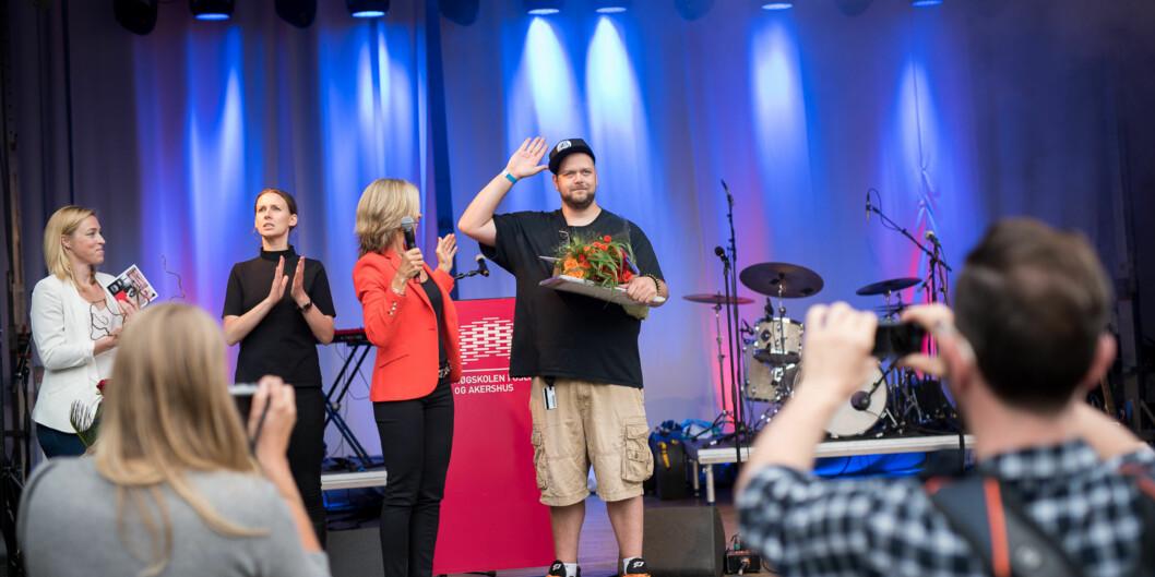 I fjor var det Einar Belck-Olsen som fikk tildelt prisen som Årets student på Høgskolen i Oslo og Akershus av prorektor Nina Waaler. Hun skal på podiet i år igjen, med en av seksfinalister. Foto: Skjalg Bøhmer Vold