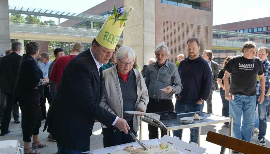 Halvannen time etter styrevedtaket var det kakefest med nyvalgt rektor Frank Reichert i spissen ved Unviersitetet i Agder. Foto: Tor Martin Lien,UiA