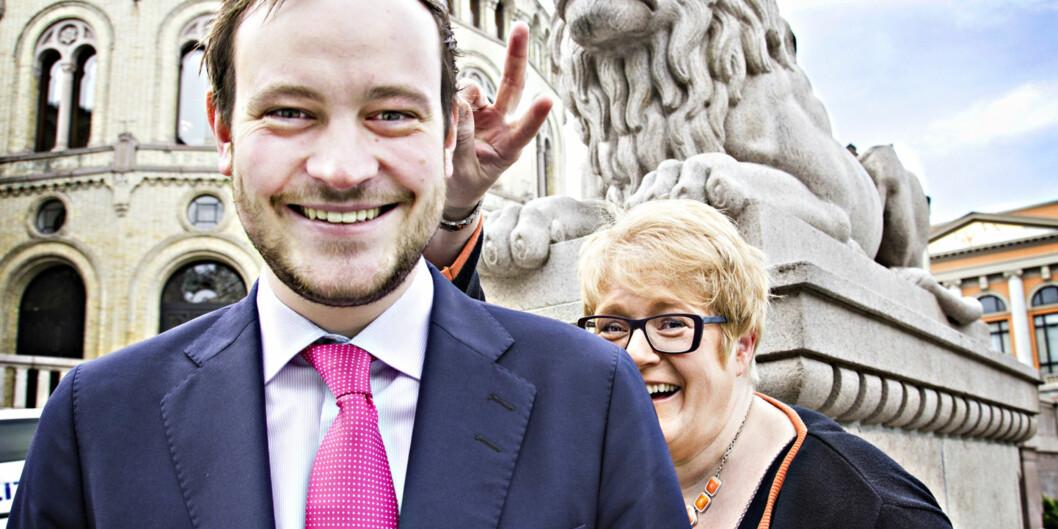 Sivert Bjørnstad smiler til kamera, i det Venstres Trine Skei Grande feier blid og opplagt forbi. Det er akkurat i det tidsrommet i morgentimene onsdag, da spørsmålet svirrer i luften om FrP er i ferd med å gå ut av regjeringen - mens Venstre kanskje er på vei inn. Foto: Sølvi WaterlooNormannsen