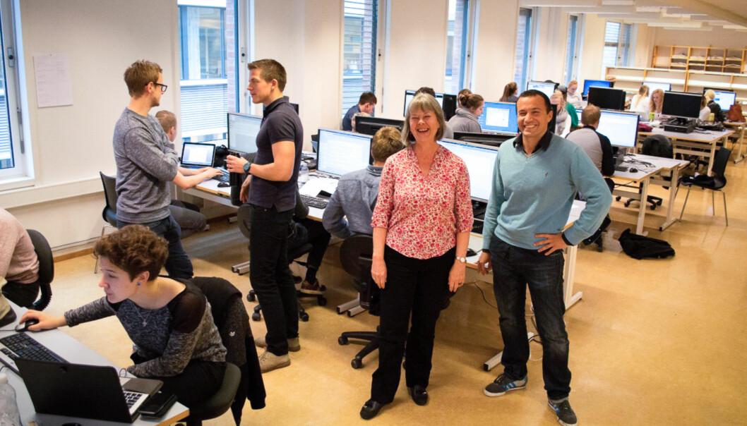 Elsebeth Frey og Julien Saadan sammen med førsteårsstudentene som er midt oppi semesteravslutningen, kalt «rigget». FOTO: EvaTønnessen