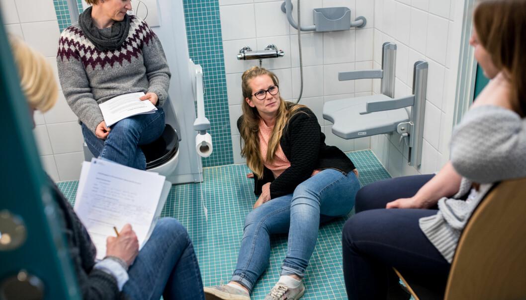 Synnøve Teppen Braastad (f.v.) Hanne Eggen, Line Haugnes og Ida Würgler tester en fallalarm som kanskje ikke dekker behovet til brukeren deutreder. Foto: Skjalg Bøhmer Vold