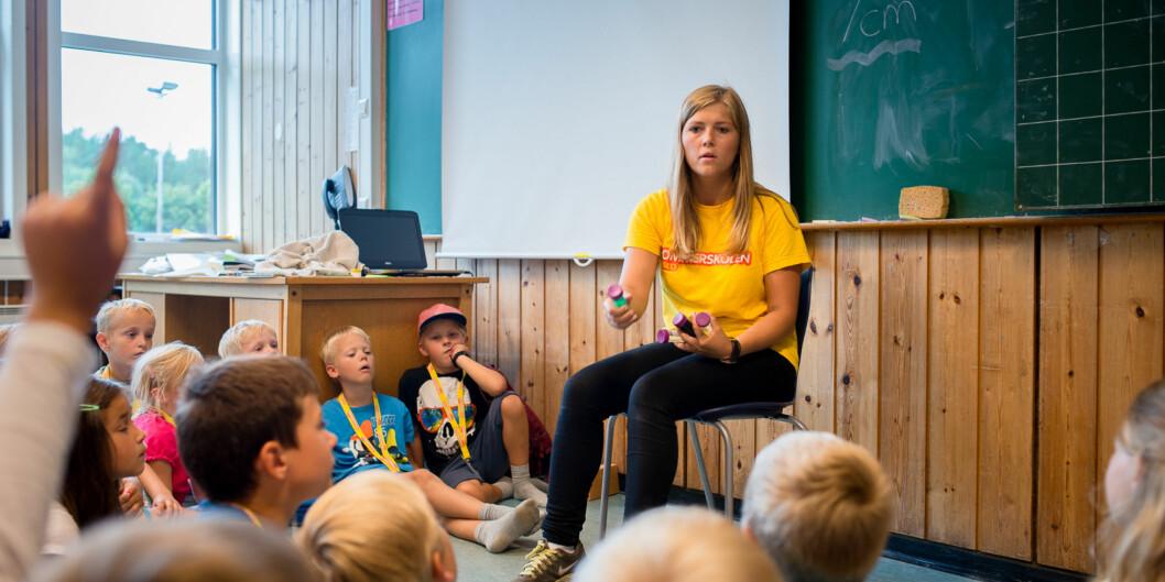 Sunniva Braaten er lærerstudent og har relevant sommerjobb på Nøklevann skole på Bøler. Sommerskolen er et gratis tilbud til alle som går på skole  og/eller bor i Oslo. Foto: Skjalg Bøhmer Vold