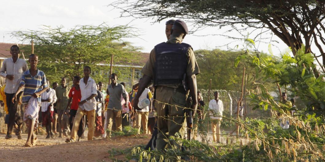 """Et medlem av den Kenyanske forsvarsstyrken sikrer et område rundt Garissa University College i Kenya 2. april. <span class=""""caps"""">FOTO</span>: <span class=""""caps"""">NTB</span>Scanpix Foto: Khalil Senosi"""