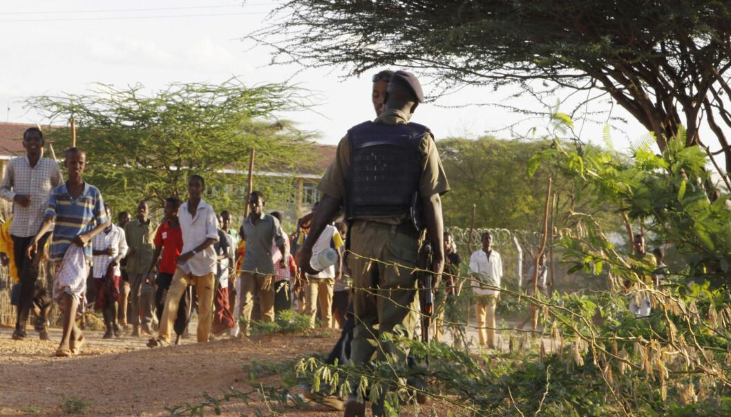 Et medlem av den Kenyanske forsvarsstyrken sikrer et område rundt Garissa University College i Kenya 2. april. FOTO: NTBScanpix Foto: Khalil Senosi