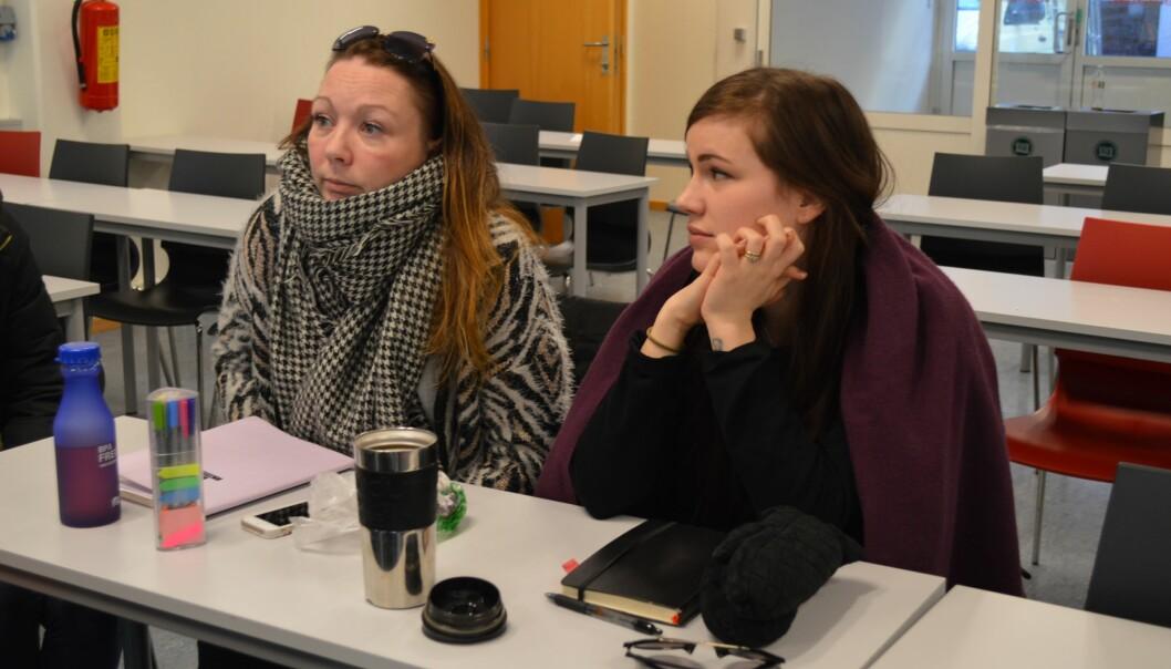 Ina Andem og Ida Nikoline Kristoffersen er lei av å fryse på forelesninger. Foto: ØysteinFimland