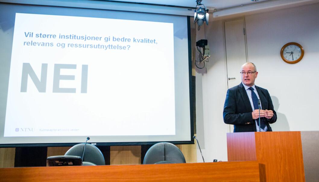 """<span class=""""caps"""">NTNU</span>-rektor, Gunnar Bovim, holder foredrag på seminar medProduktivitetskommisjonen. Foto: Wanda Nathalie Nordstrøm"""