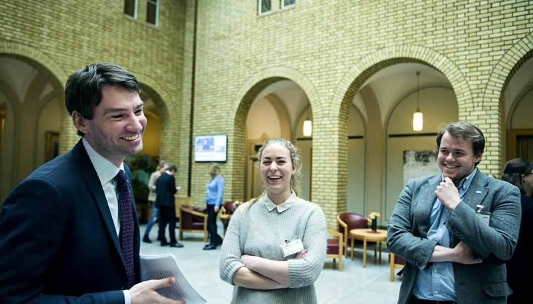 Det var god stemning på Stortinget etter dagens lovendring. Henrik Asheim (H), Therese Eia Lerøen (NSO) og Kristian Myhre (NSO) var blant dem som feiret medkake.