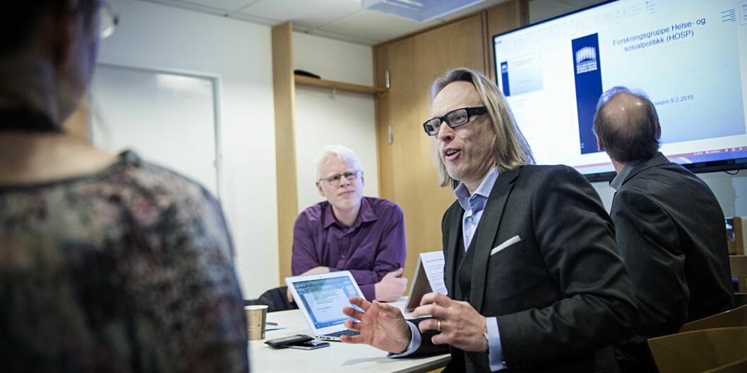 """Forskningsdirektør Morten Irgens har fått i oppgave å realisere det nye Senter for arbeidsinkludering i samarbeid med <span class=""""caps"""">NAV</span>. Her er han på besøk i forskergruppe i sosialfag sammen med prorektor Frode Eika Sandnes. Foto: Cicilie S.Andersen"""
