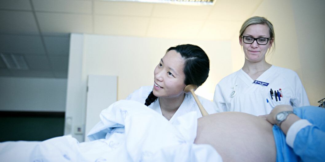 De nyutdannede jordmødrene Karina Heiberg (t.v.) og Hanne Gjertsen lytter på en fødende kvinne på Bærum sykehus. Foto: Cicilie S.Andersen