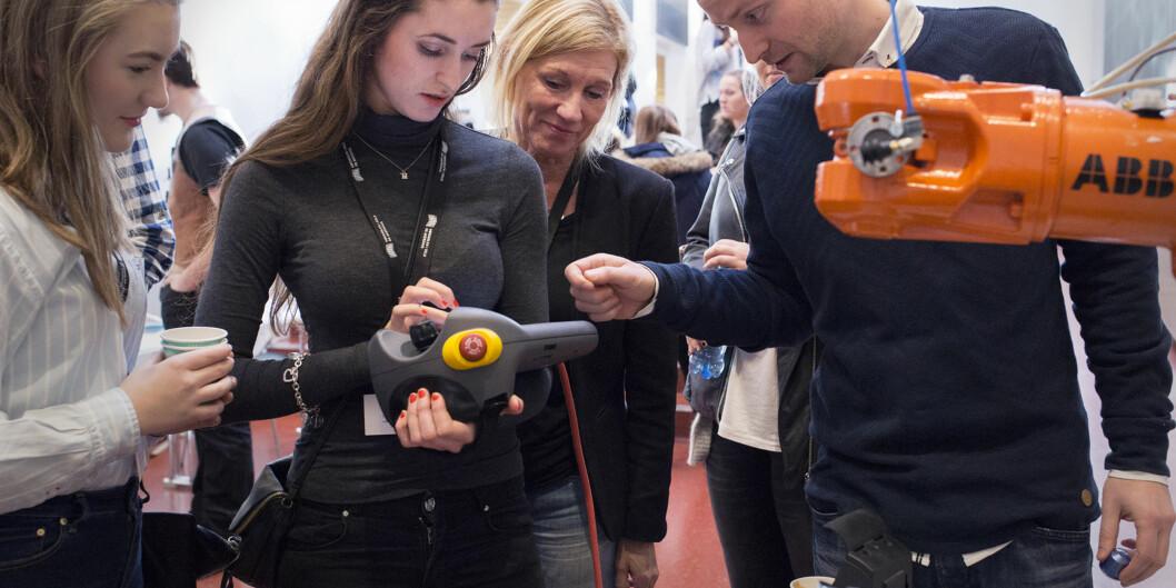 Miriam Norborg og Cecilie M. Eide fra Horten videregående skole. Her prøver de kaffe-roboten til Vegard Line og Gunnar Danielsen som går tredje år på elektro og automasjon på Høgskolen i Oslo ogAkershus. Foto: Øyvind Aukrust