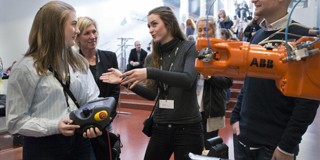 Jenter og teknologi-konferanse på daværende Høgskolen i Oslo og Akershus, nå OsloMet. Elever blir presentert for relevant teknologi, men skjer dets amme for masterstudenter i ikt, spør artikkelforfatteren. Foto: Øyvind Aukrust
