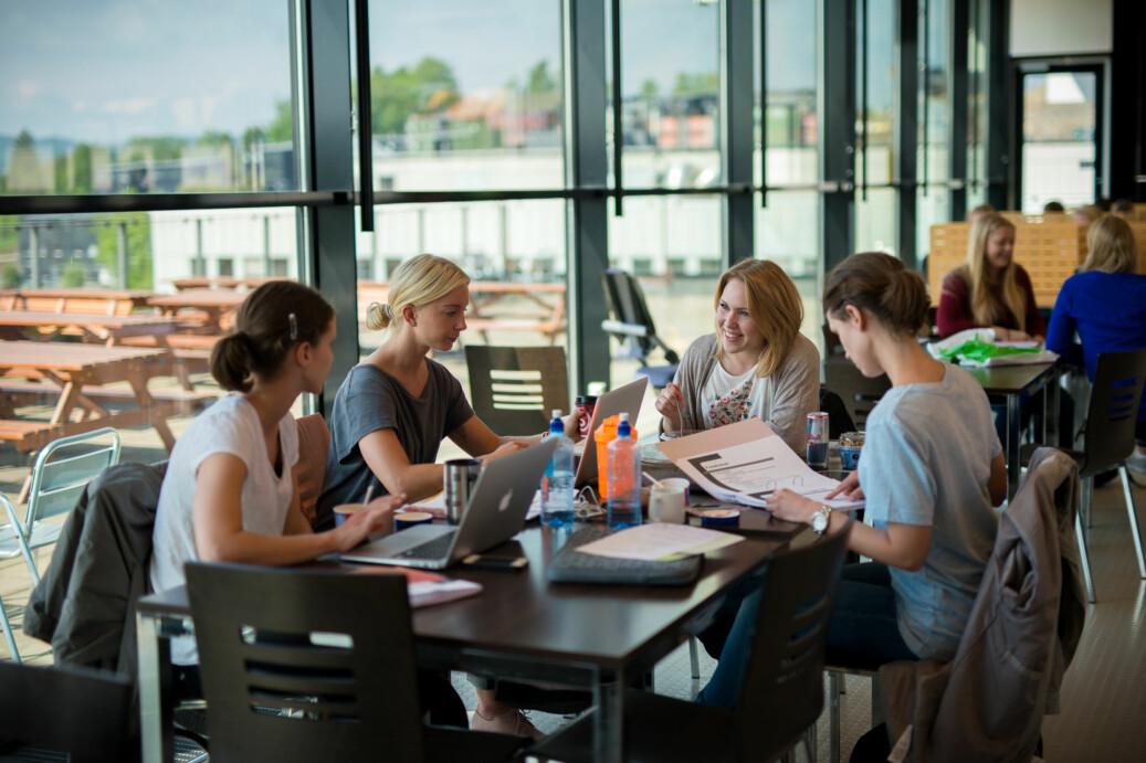 Elever bruker fellesområdet utenfor biblioteket på Kjeller som lesesal