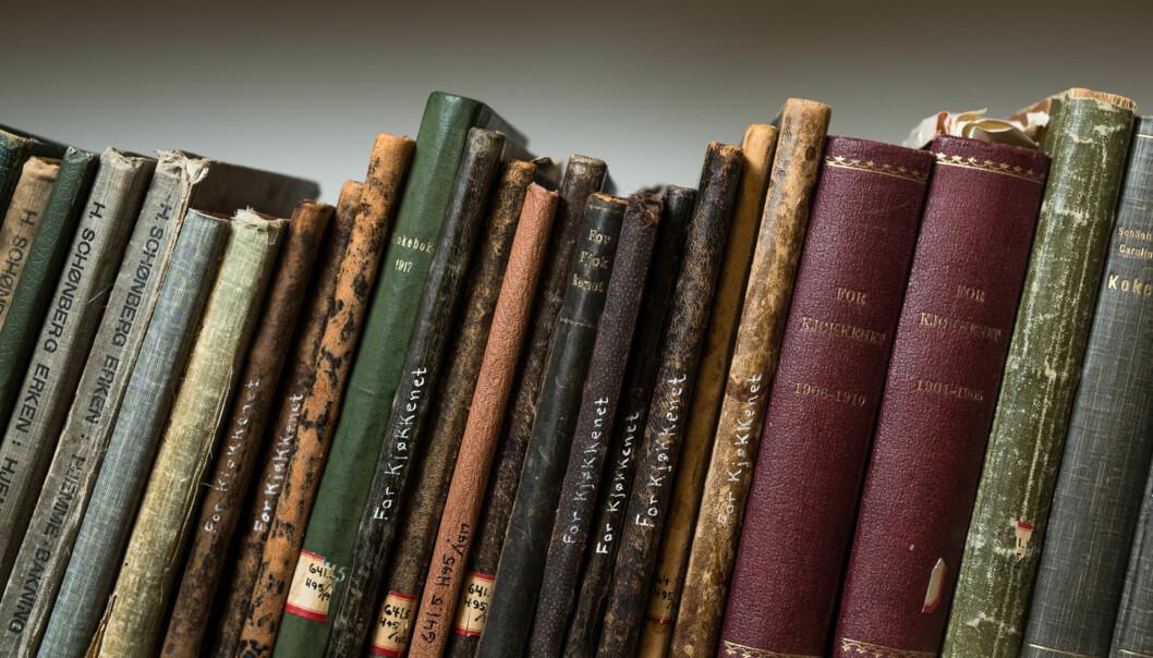 Anne-Berit Gregersen har ansvaret for samlingen med kokebøker som står innelåst på biblioteket på Kjeller. Bøkene finnes andre steder, men som samling er den unik.