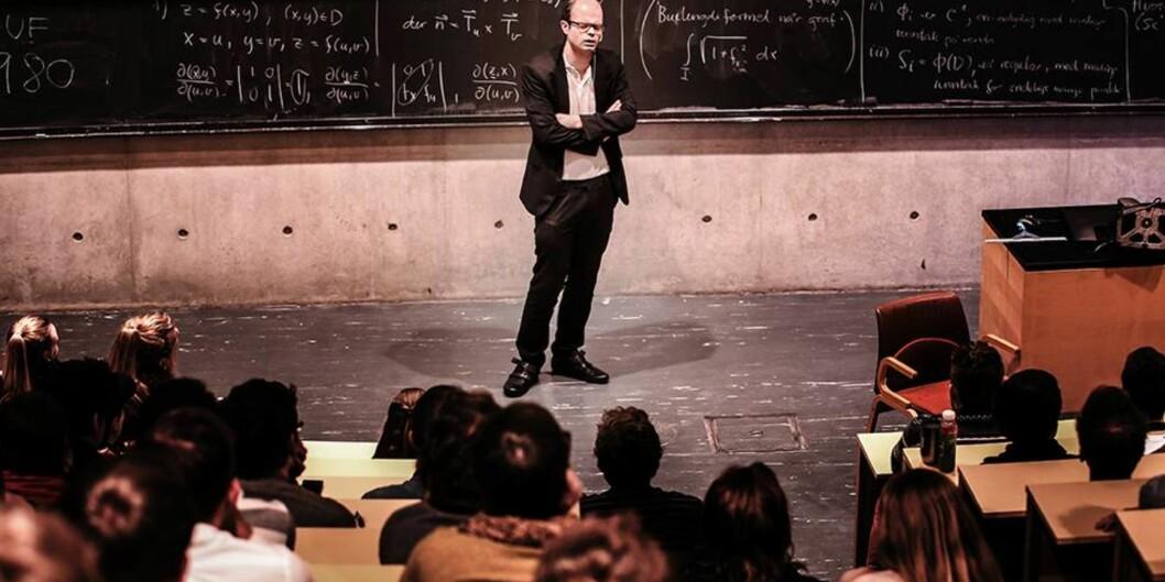 """Han Olav Lahlum trakk fulle hus på gjesteforelesning ved <span class=""""caps"""">NTNU</span>."""