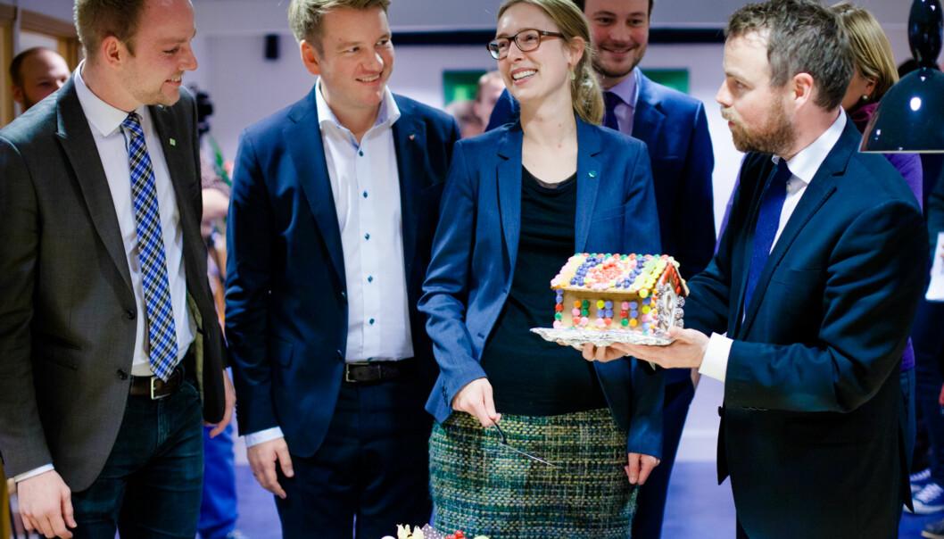 Både leder i Norsk studentorganisasjon, Anders Kvernmo Langset og kunnskapsminister Torbjørn Røe Isaksen er fornøyde med 200 nye studentboliger - her fra julefesten til NSO, hvor studentbolig-pepperkakehus fra statsråden til NSO både forært ogfortært, sammen med regjeringensstøttepartier. Foto: Wanda Nathalie Nordstrøm