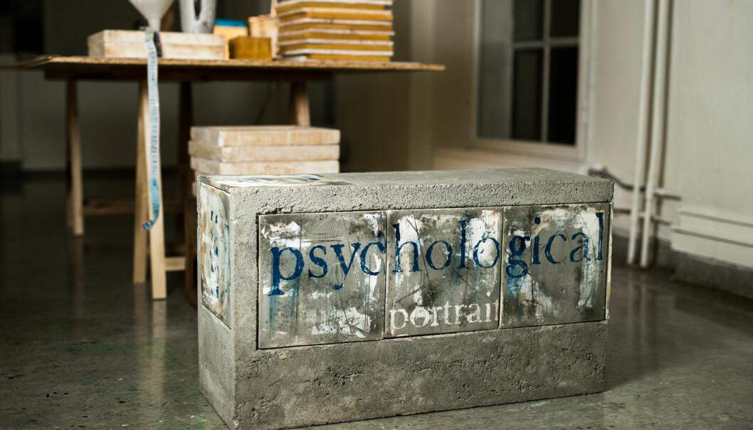 En av benkene som utgjør Arild Bergs kunstprosjekt på en skole. Berg er keramiker og avla sin doktorgrad ved Aalto University i Finland i 2014. Foto: Skjalg Bøhmer Vold Foto: Skjalg Bøhmer Vold