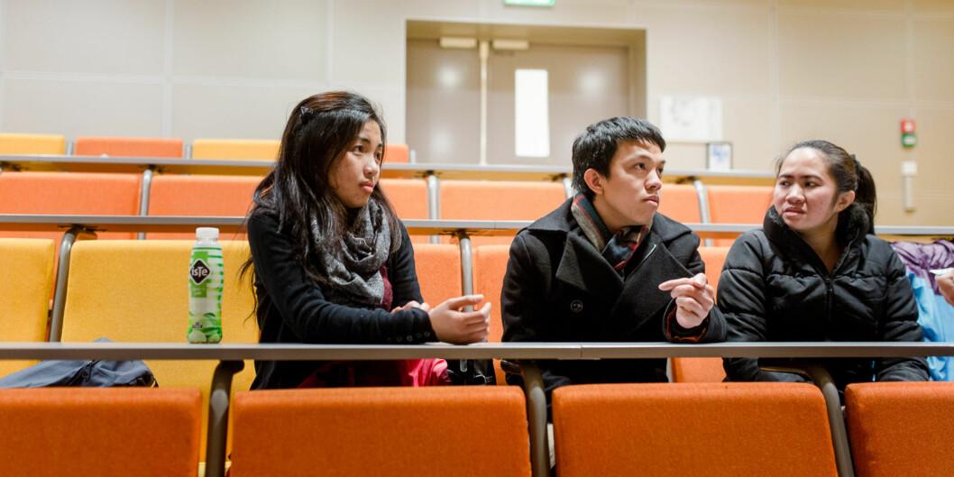 Sykepleierne Alma Grace Cuntapay, Wilfredo Bernante og Josephina Violeta Magdula må sitte på forelesninger sammen med førsteårsstudentene, selv om de er ferdig utdannet fraFilippinene. Foto: Eskil Wie