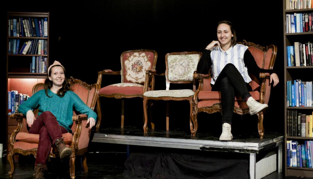 Manusforfatter Lise Andrea Grimelund-Kjelsen (t.v.) og regissør Eva Burgerhoudt er begge dramastudenter ved HiOA, og har sammen satt opp stykket S.K.A.M. på Chateau Neuf. De mener «den moderne, vestlige skammen» trenger meroppmerksomhet. Foto: Wanda Nathalie Nordstrøm