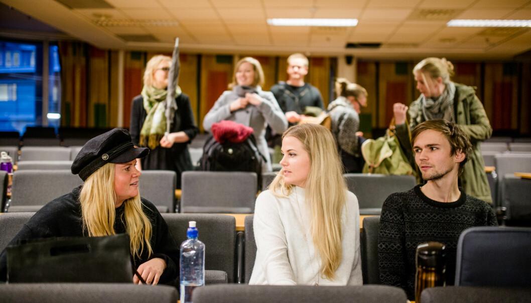 — Dette er bare så nødvendig, sa en av medstudentene da Karoline Sarilla, Guro Bommen og Ørjan Irgens presenterte sin idé om enfadderhåndbok. Foto: Eskil Wie
