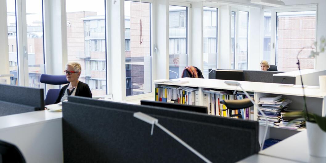 Toppledelsen ved Høgskolen i Oslo og Akershus har flyttet inn i åpent kontorlandskap, mens stadig flere forskere er kritiske til denne løsningen. Etter den første måneden mener ledelsen det virkerlovende.