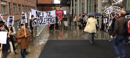 Isaksen møtt av demonstranter i Oslo