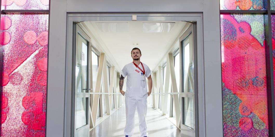 Lasse Johan er ferdigutdannet sykepleier og har fått jobb etter studiet. Jobber på Hematalogisk Avdeling på Rikshospitalet. Foto: Wanda Nathalie Nordstrøm