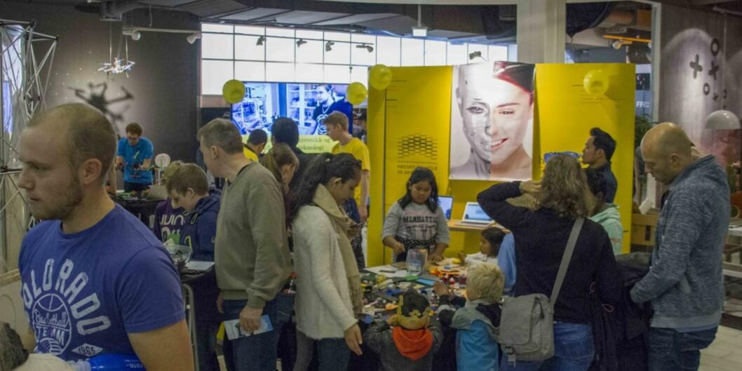 Fleire nysgjerrige stor og så strauma på til Institutt for informasjonsteknologi si messe i Reseacrhers' night i Lillestrøm. Foto: TommyWiik