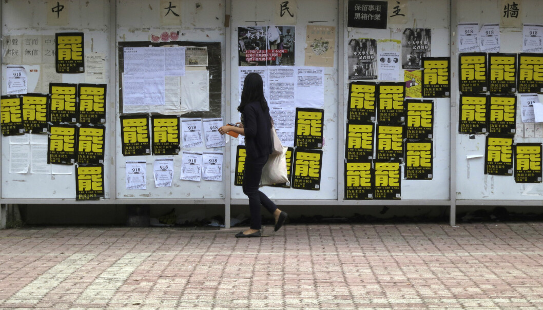 "Posters printed with a yellow Chinese character saying ""boycott"" are displayed on a notice board inside the Chinese University of Hong Kong September 20, 2014, where a large scale student rally will be held on Monday. Hong Kong students are preparing for a showdown with Beijing over democratic reforms by boycotting classes on Monday, as a restive younger generation challenges the Chinese Communist Party's tightening grip on the city.  REUTERS/Bobby Yip  (CHINA - Tags: POLITICS EDUCATION CIVIL UNREST) Foto: BOBBY YIP"
