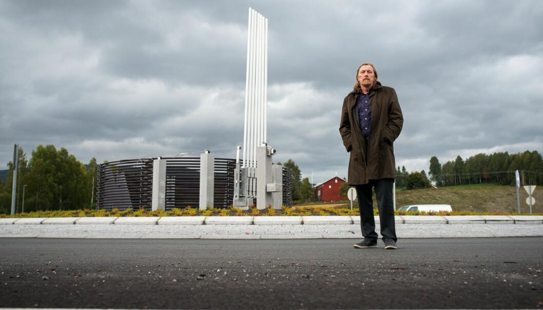 Professor Gunnar H. Gundersen har fått sin skulptur «Værspir» på plass i en rundkjøring påSokna. Foto: Skjalg B Vold